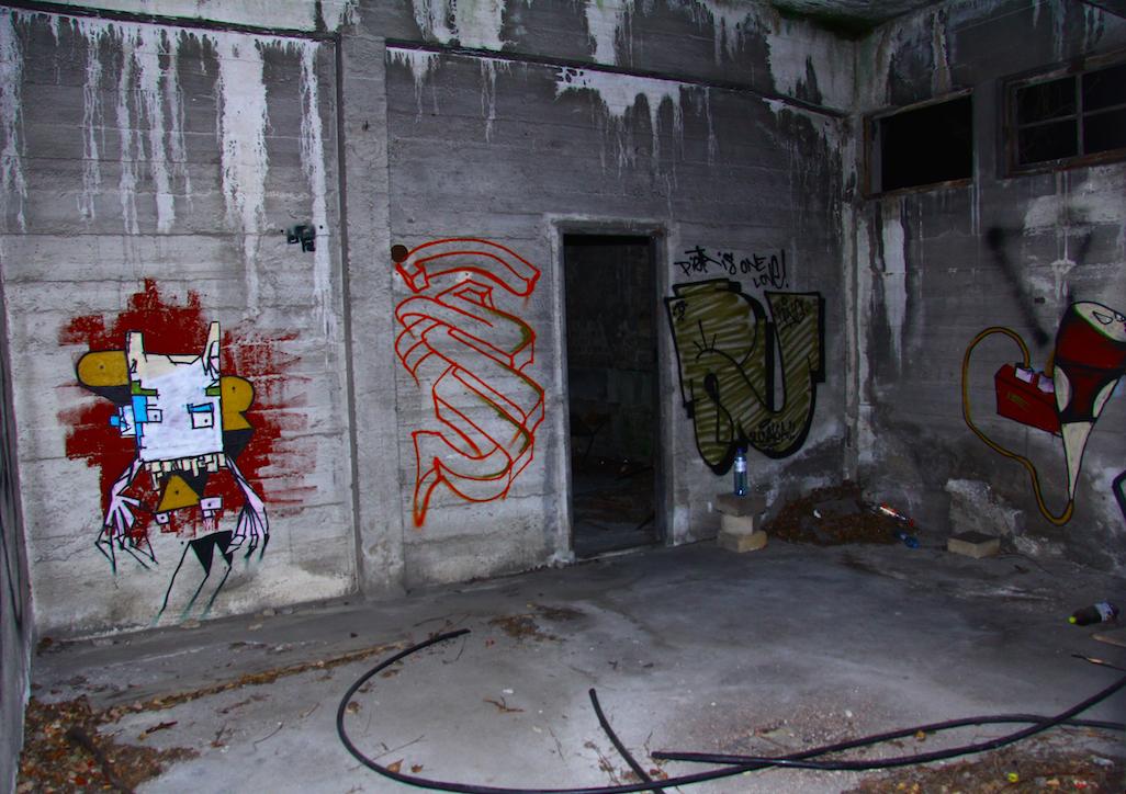 jemand der graffiti an wände sprüht