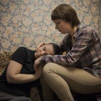 Nach den Anschlägen auf LGBT-Aktivisten bei einer Demonstration im Januar fahren Maja und Irina nur noch mit dem Taxi, wenn sie spät nach Hause kommen.