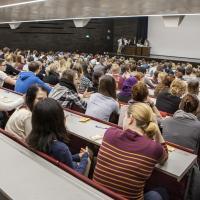 Voller Hörsaal in einer STEOP-Vorlesung an der Uni Wien. Foto: Johanna Rauch