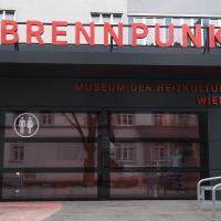 """Die schwarze Fassade des Museums """"Brennpunkt"""" mit orangen Akzenten"""