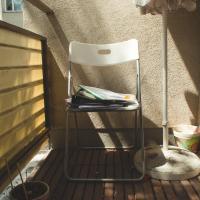 Ein Sonnenschirm und ein Stuhl mit Lernmaterialien. Foto: Stephanie Gmeiner