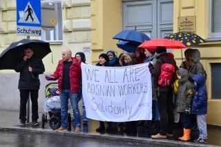 Der Chor HOR 29 NOVEMBAR vor der bosnisch-herzegowinischen Botschaft in Wien. Foto: Dieter Diskovic