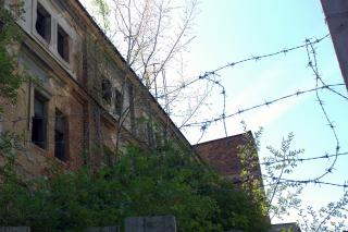 Von Anarchisten besetzt, aufgegeben und nun unbewohnt verfällt dieses ehemalige Gebäude zusehends. Stacheldraht auf Zäunen ist in Plzeň übrigens allgegenwärtig. Foto: Maximilian H. Tonsern