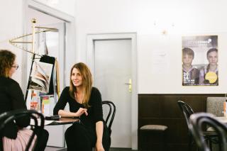 Filmemacherin Jessica Bollag in einer Interviewsituation.