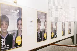 Plakate des Filmfestivals an einer Wand und im Spiegel.
