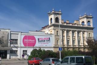 "Auch am Patton-Museum prangt eines der Mottos der Kulturhauptstadt 2015: ""(...) open up!"" kommt eigentlich aus dem ""Biermilieu"". Foto: Maximilian H. Tonsern"