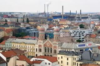 Blick auf die Synagoge, dahinter rauchende Fabrikschlote. Foto: Maximilian H. Tonsern