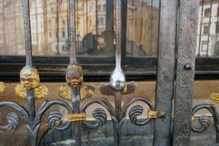 Am Fuße der St.-Bartholomäus-Kathedrale befindet sich auch dieses Gitter. Das Berühren des Engelkopfes in der Mitte bringt, so sagt man, Glück. Foto: Maximilian H. Tonsern
