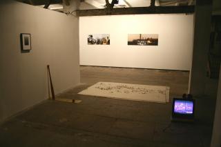 Blick auf Kunst von Cyrill Lachauer. Bilder im Hintergrund: Ausschnitte aus Mémoire von Sammy Baloji. Foto: Kristin Lein