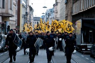 Die Identitäre Bewegung ist international vernetzt. Ihr Logo ist der griechische Buchstabe Lambda, ihre Farben sind Schwarz und Gelb. Foto: Christopher Glanzl