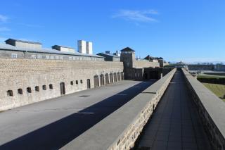 Aussicht auf den Garagenhof der SS. Rechts im Hintergrund ist das Besucherzentrum, links ist das Schutzhaftlager. Foto: Nina Aichberger