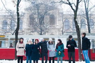 Victoria Lippan (3. v. l.) mit ihren StudienkollegInnen. Aufgrund ihrer rumänischen StaatsbürgerInnenschaft hatte sie bereits Barrieren zu Job und Studium hinnehmen müssen. Fotos: Luiza Puiu