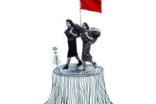 Collage mit Schwarz-Weiß-Foto von zwei Menschen die mit einer roten Fahne wandern gehen
