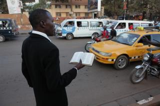 Straßenprediger in Kampala. Foto: Derek Wiesehahn