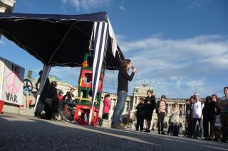 Wiener Organisator der Mahnwachen Felix Abegg am Heldenplatz. Foto: Nikolai Schreiter