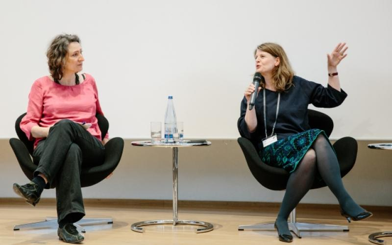 Larissa Förster und Barbara Plankensteiner in der Podiumsdiskussion. Fotograf: Philip Bartz