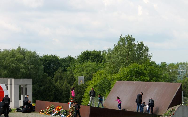 Wo sich Vergangenheit und Gegenwart treffen: Kinder spielen auf dem BRD-Denkmal während der Befreiungsfeierlichkeiten. Foto: Nina Aichberger