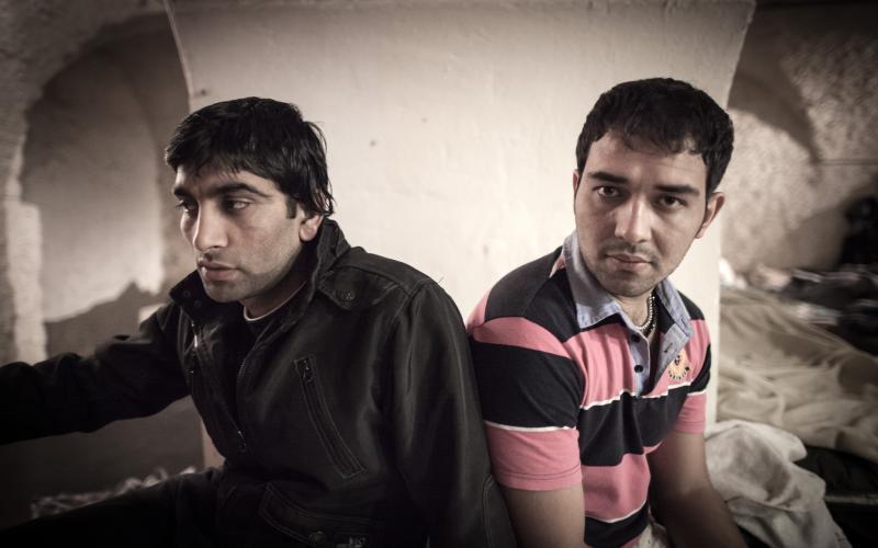 Akbarjan A. und Ahmad Z. protestieren im Servitenkloster für ihre Rechte. Die Luft im Kellergewölbe ist feucht und abgestanden, 64 Menschen teilen sich eine Dusche. Foto: Christian Valuch