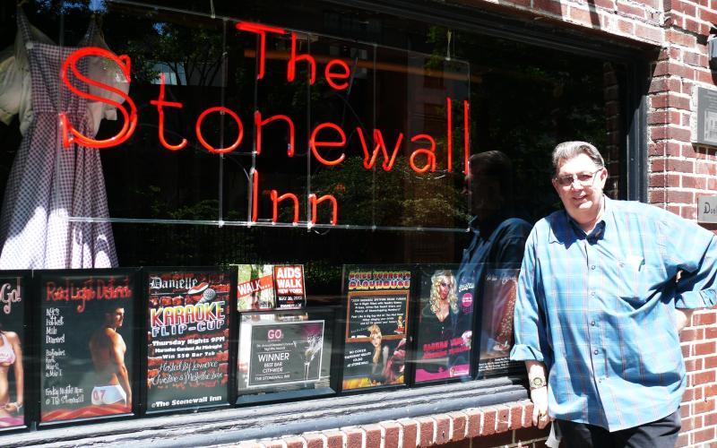 Barkeeper Tree vor dem Stonewall Inn in New York. Foto: Flora Eder