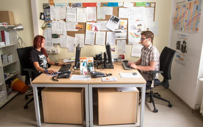 Im Büro beantworten Referent_innen Fragen von MaturantInnen und Studieninteressierten per E-Mail. Foto: Sarah Langoth