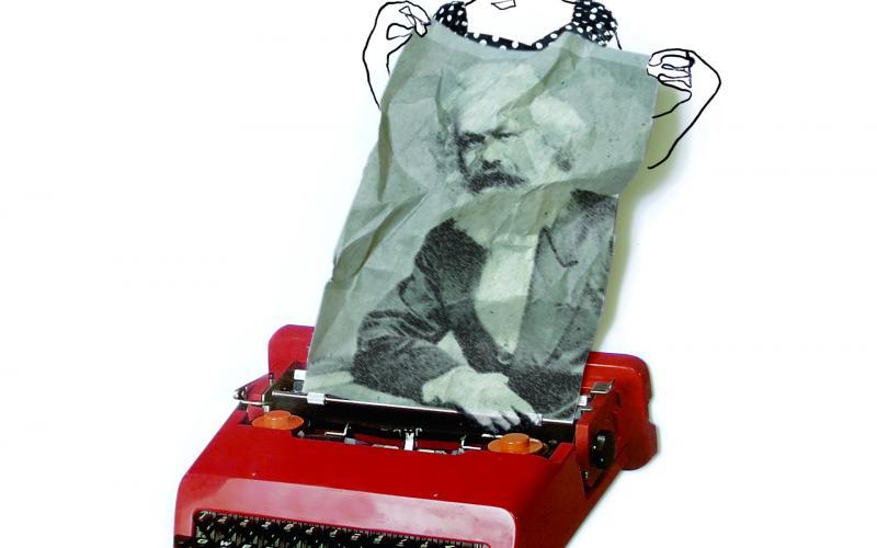 Collage. eine Frau zieht ein verknülltes Stück Papier aus einer roten Schreibmaschine. Auf dem Papier ist ein Portrait von Karl Marx